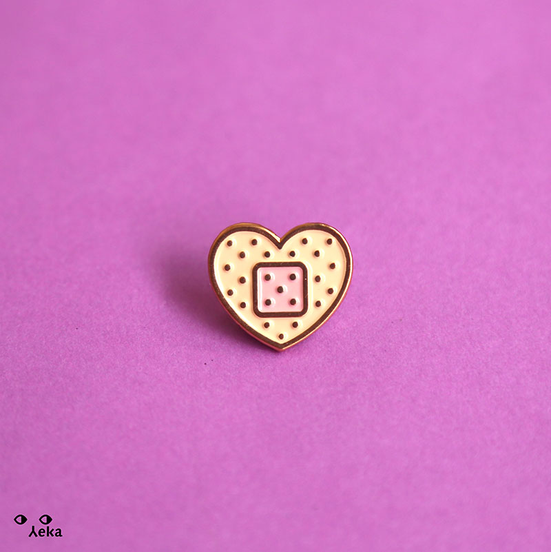 Curita Corazon Pin